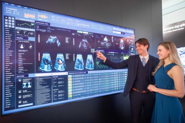 ▲삼성전자가 11일부터 14일(현지 시간)까지 네덜란드 암스테르담에서 열리는 유럽 최대 디스플레이 전시회 'ISE(Integrated Systems Europe) 2020'에 참가해 상업용 디스플레이 신제품을 대거 공개한다. 삼성전자 모델들이 DICOM(Digital Imaging and Communications in Medicine) 시뮬레이션 모드를 지원해 의료용 영상을 정확히 표현해 주는 'QLED 8K 사이니지'를 소개하고 있다. (사진제공=삼성전자)