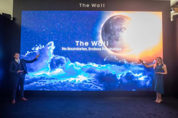 ▲삼성전자 모델들이 마이크로 LED 기반의 '더 월(The Wall)' 292형을 소개하고 있다. (사진제공=삼성전자)