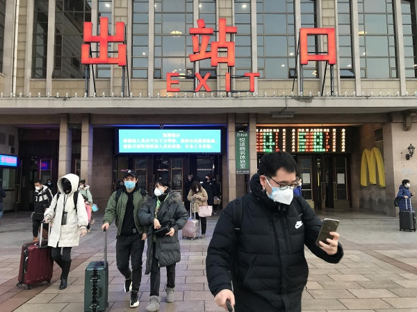 ▲중국 베이징에서 10일(현지시간) 신종 코로나로 연장된 춘제(설날) 연휴가 끝나고 사람들이 집으로 돌아오고 있다. 베이징/UPI연합뉴스