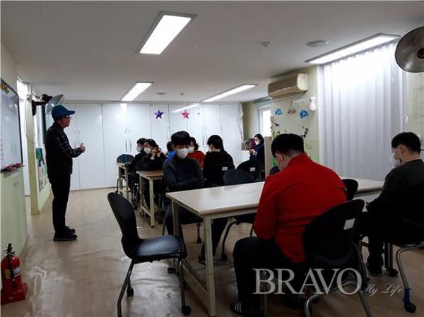▲시간계획을 설명하는 모습(사진 홍지영 동년기자)