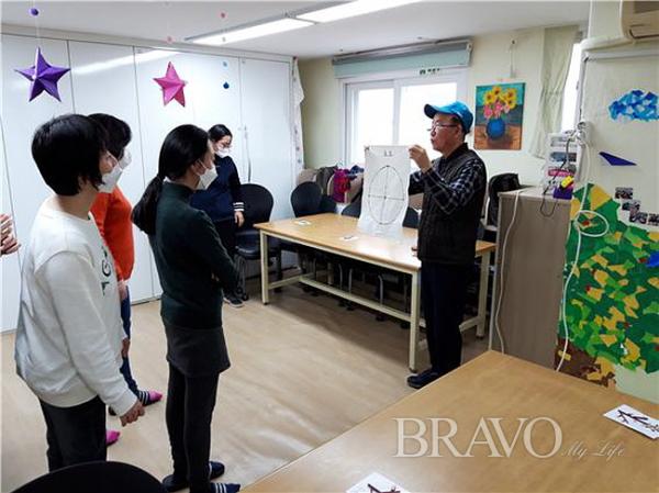 ▲윷놀이 진행방법을 설명하는 모습(사진 홍지영 동년기자)