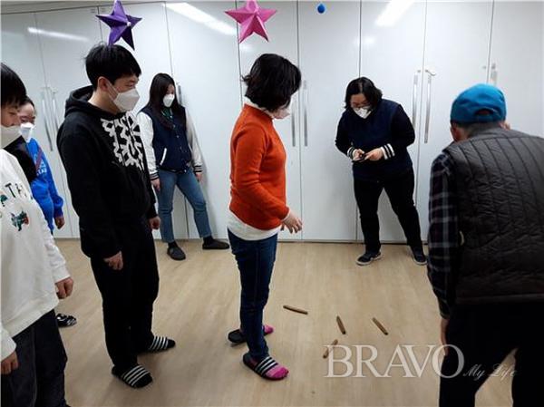 ▲윷을 던지고 모가 나왔을 때 학생들이 좋아하는 모습(사진 홍지영 동년기자)