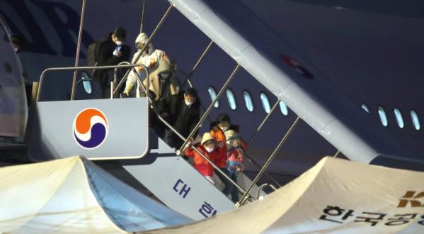 ▲지난달 12일 중국 후베이성 우한에 거주 중인 교민과 중국국적 가족들이 3차 전세기를 통해 김포공항으로 들어오고 있다. (연합뉴스)