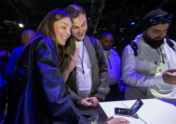 ▲11일(현지시간) 미국 샌프란시스코에서 열린 갤럭시 언팩 행사에서 방문객들이 폴더블폰 신제품 갤럭시Z플립을 체험하고 있다.  (사진제공=삼성전자)
