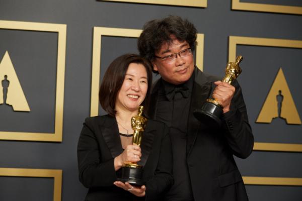 ▲곽신애 바른손이앤에이 대표(좌측)와 봉준호 감독(사진제공=A.M.P.A.S.)