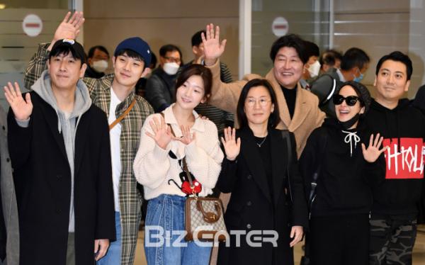 ▲영화 '기생충'의 주역들이 12일 오전 인천국제공항을 통해 입국했다.(비즈엔터DB)