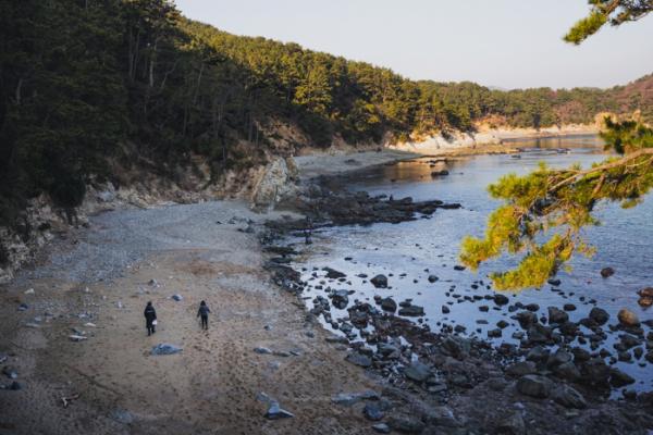 ▲해안누리길 몰운대길. 첫 번째 전망대로 가기 전 왼편으로 자갈로 이뤄진 아름다운 해변을 감상할 수 있다.