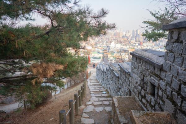 ▲성곽길을 따라 난 계단길.