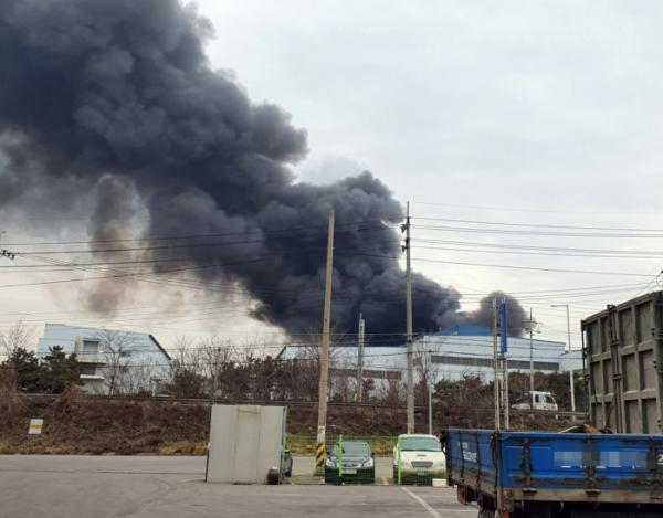▲15일 오후 1시 31분께 충남 당진시 송악읍 동부제철 수처리 공장에 불이 나면서 검은 연기가 하늘로 치솟고 있다. (연합뉴스)