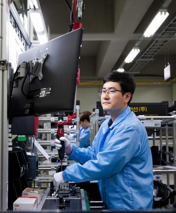 ▲LS EV 코리아 한국 사업장에서 직원들이 ESS용 부품을 생산하고 있다. (사진제공=LS EV 코리아)