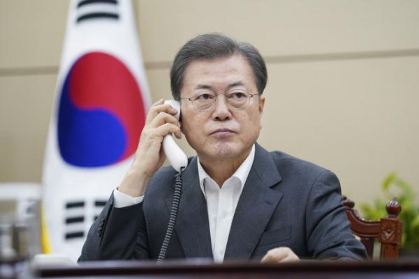 ▲문재인 대통령이 20일 오후 청와대 여민관에서 시진핑 중국 국가주석과 전화 통화를 하고 있다. (청와대)