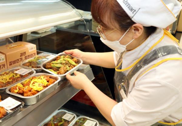 ▲이마트 매장에서 직원이 닭강정 제품을 진열하고 있다. (사진제공=이마트)