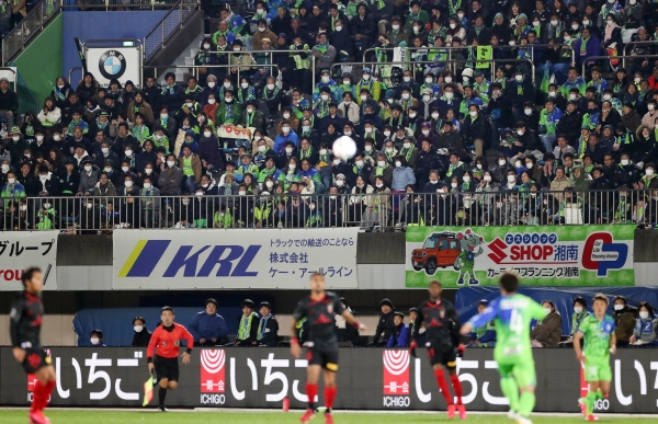 ▲일본 히라츠카에서 21일(현지시간) J리그 프로축구 경기가 열리는 가운데 팬들이 마스크를 착용하고 경기를 관람하고 있다. 히라츠카/EPA연합뉴스