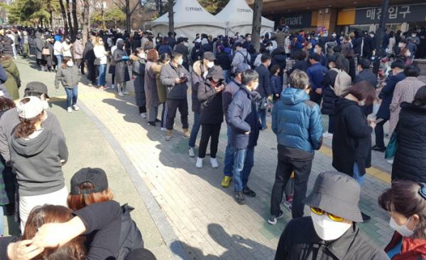▲24일 오전 대구 수성구 이마트 만촌점에서 시민들이 마스크를 구입하기 위해 줄지어 서 있다. (연합뉴스)
