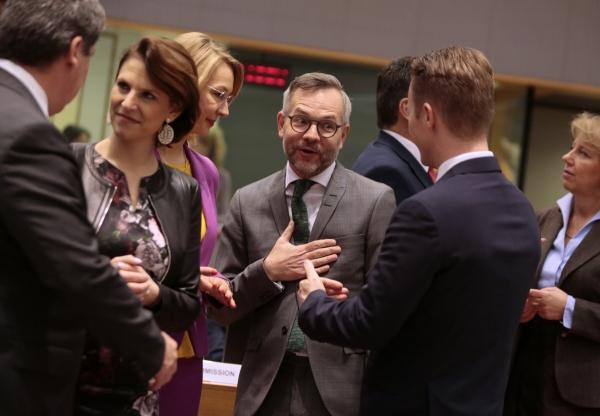 ▲벨기에 브뤼셀에서 25일(현지시간) 열린 EU 총무위원회에서 각국 장관들이 담소하고 있다. 위원회는 이날 영국과의 미래관계 협상 지침을 승인했다. 브뤼셀/AP뉴시스
