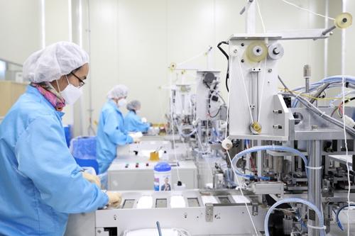 ▲경기도 안성시 양성면의 한 마스크 제조업체에서 직원들이 마스크 생산 작업을 하고 있는 모습  (연합뉴스)
