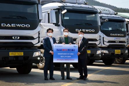 ▲25일 두산인프라코어 DX12 유로6 전자식 엔진을 탑재한 타타대우상용차 트럭이 고객에게 인도됐다. (사진제공=두산인프라코어)