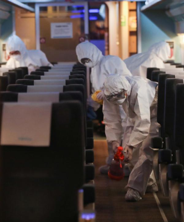 ▲4일 용산구 서울역에 정차된 KTX에서 코레일 관계자들이 신종 코로나바이러스 감염증(코로나19) 대응을 위한 방역 작업을 하고 있다. 신태현 기자 holjjak@ (이투데이DB)