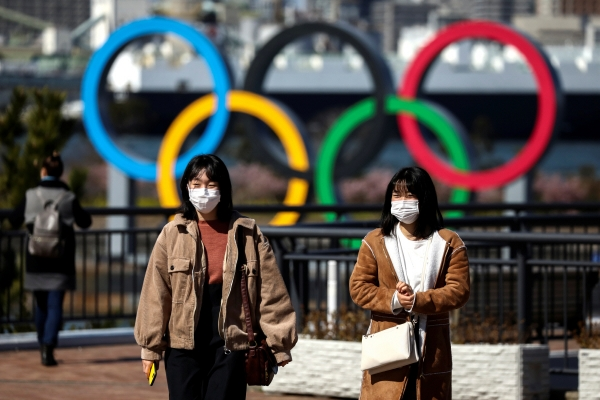 ▲마스크를 쓴 일본 도쿄 시민들이 2020 올림픽이 열리는 오다이바 해변공원의 오륜 조형물 앞을 지나고 있다.   (로이터/연합뉴스)