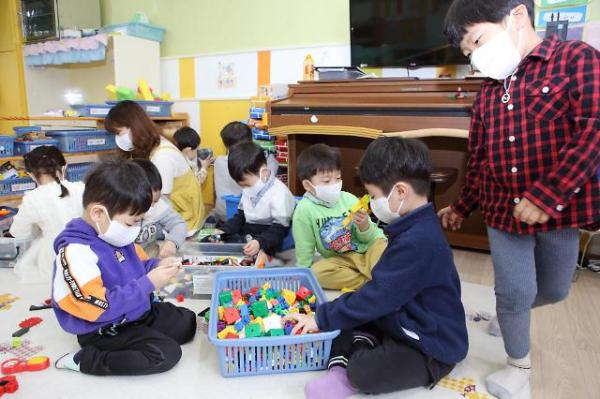 ▲아동용 마스크를 착용한 어린이들.  (연합뉴스)