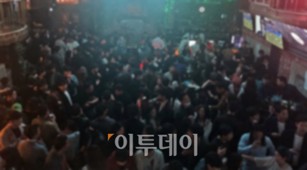 ▲'사회적 거리두기' 권고에도, 춤을 추지 말라는 업소의 공지에도 클럽을 찾은 20대들은 큰 경각심이 없어 보였다. (홍인석 기자 mystic@)