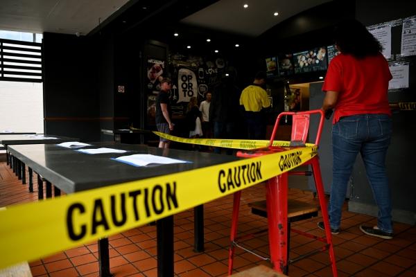 ▲호주 시드니의 한 레스토랑에 23일(현지시간) 사람들의 출입을 금지하는 테이프가 처져 있다. 호주 정부는 이날부터 전국 소매 매장 문을 닫는 등 사실상의 전국 봉쇄령을 실시했다. 시드니/EPA연합뉴스