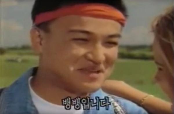 """▲1993년에 방송된 뱅뱅 청바지 TV 광고. 해외에서 히치 하이킹을 하던 박중훈, 차를 세운 여성이 옷이 멋있다고 말하자 """"뱅뱅입니다""""라고 말하는 장면이다. (출처=유튜브 캡처)"""