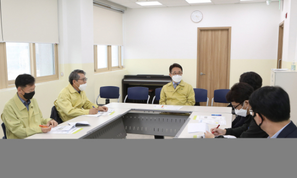 ▲박선호 국토부 제1차관(가운데)이 경기도 시흥 고령자복지주택 단지를 방문해 코로나19 방역 대응체계를 점검했다. (국토교통부)