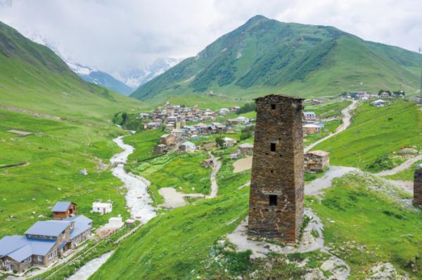 ▲슈카라 산 기슭의 우슈굴리 마을 돌탑과 낡은 집들