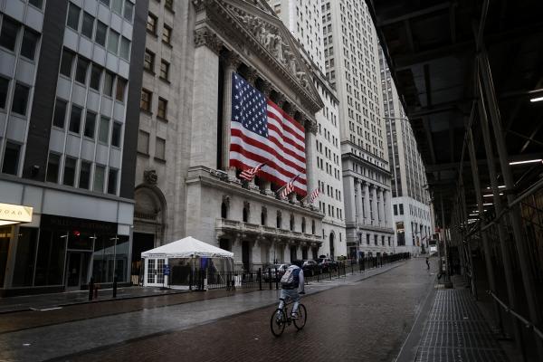 ▲한 남성이 자전거를 탄 채 뉴욕증권거래소(NYSE) 앞을 지나가고 있다. 사진은 기사의 특정 내용과 관계 없음. 뉴욕/로이터연합뉴스