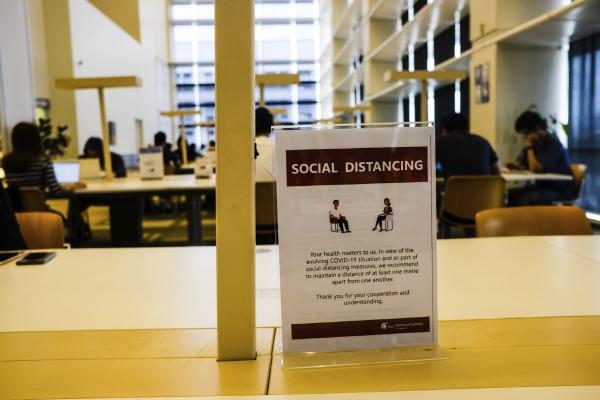 ▲싱가포르 국립도서관에 코로나19 예방을 위해 '사회적 거리두기'를 실행해야 한다는 게시물이 놓여져 있다. 싱가포르/AP뉴시스