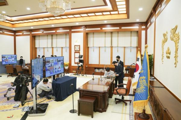▲청와대 관계자들이 G20 특별화상정상회의에 앞서 통신장비 등을 점검하고 있다. (청와대 제공)