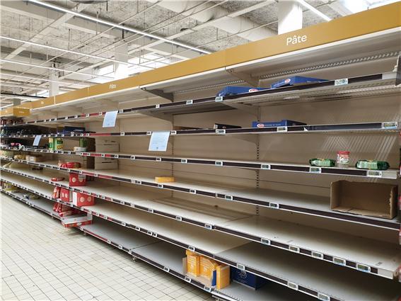 ▲   프랑스인들은 살 수 있는 모든 생필품을 사재기 하고 있다(사진 정원일 시니어기자)