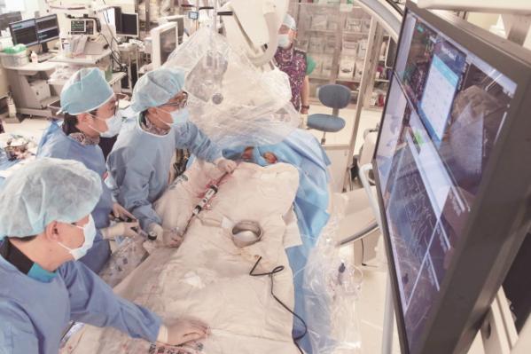 ▲서울아산병원 심장병원이 800번째 타비시술을 시행하고 있다.(서울아산병원)