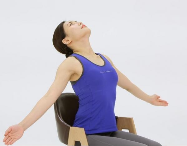 ▲가슴과 등을 펴주는 습관은 목 건강 및 자세 관리에 도움이 된다.(자생한방병원 )