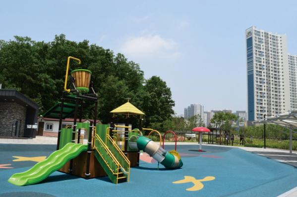 ▲향동천공원 어린이 놀이시설은 아이들과 시간을 보내기 좋은 환경을 갖췄다.