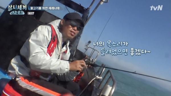 ▲'너의 목소리가 들려'를 노래한 유해진 (사진=tvN '삼시세끼 어촌편5' 방송화면 캡처)