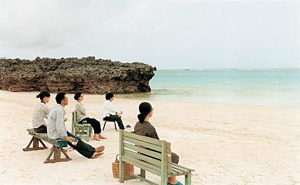 ▲사색이 습관인 사람들이 바닷가에서  사색을 즐기고 있다.(영화 '안경' 캡춰 )