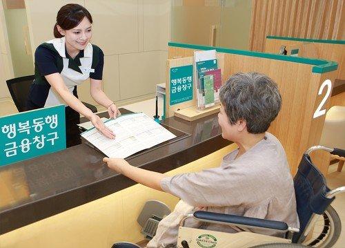 ▲시니어 고객을 위한 행복동행금융창구.(하나은행)