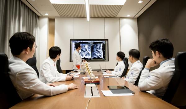 ▲자생척추관절연구소 의료진들(자생한방병원)