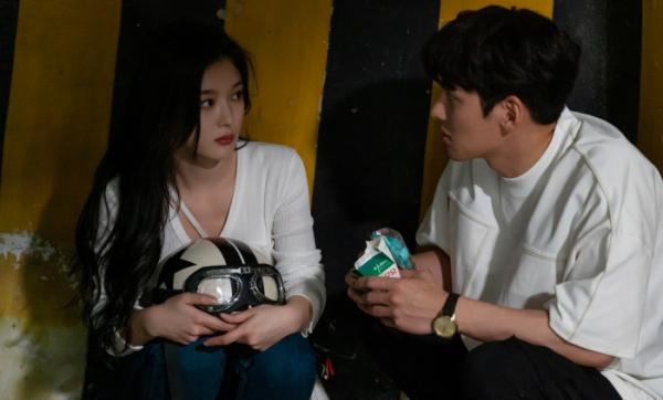 ▲'편의점 샛별이' 지창욱, 김유정(사진제공=SBS)