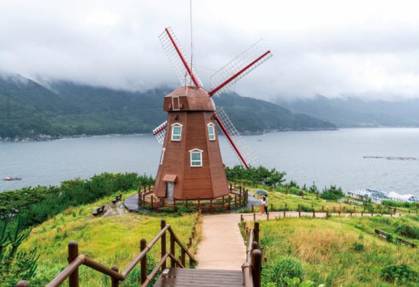 ▲도장포 바람의 언덕 꼭대기에 있는 풍차(김혜영 여행작가)
