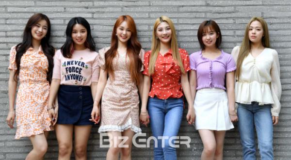 ▲woo!ah!(우아!) 우연(왼쪽부터), 루시, 나나, 민서, 소라, 송이(비즈엔터DB)
