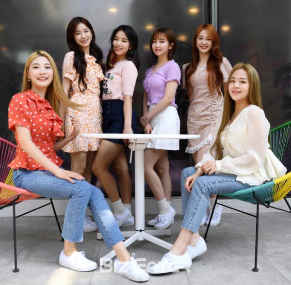 ▲걸그룹 woo!ah!(우아!) 민서(왼쪽부터), 우연, 루시, 소라, 나나, 송이가 활짝 웃고있다.(비즈엔터DB)