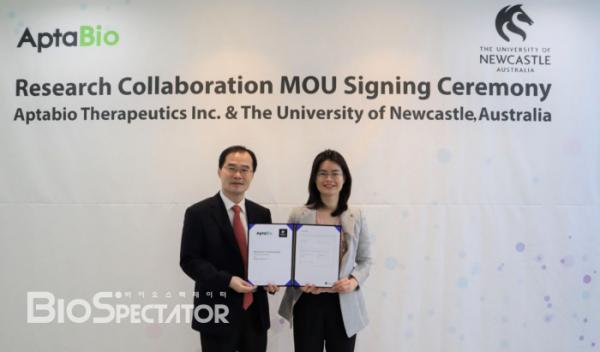 ▲뉴캐슬대학 연구센터와 온라인 MOU 체결식 기념 촬영 중인 압타바이오 이수진 대표이사(오른쪽)와 문성환 사장(왼쪽)