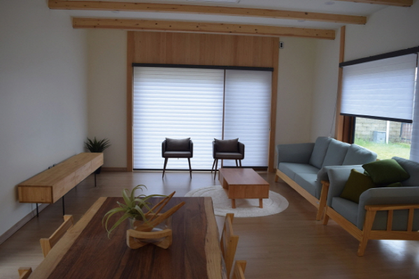 ▲거실에서는 커다란 창을 통해 잔디마당이 바로 보인다.