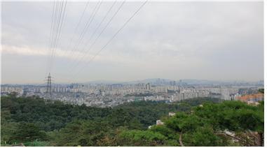 ▲앵봉산 정상에서 바라본 서울 시가지(사진 조왕래 시니어기자 )