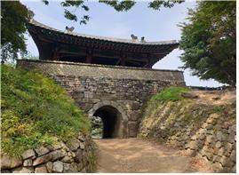▲인조가 세자와 함께 항복하러 나간 서문.(사진 조왕래 시니어기자 )