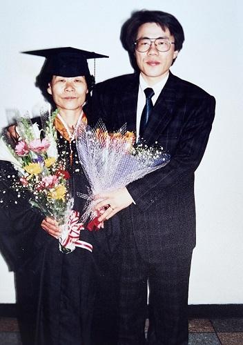 ▲어머니와 함께한 졸업식(사진 오병돈 프리랜서 obdlife@gmail.com)