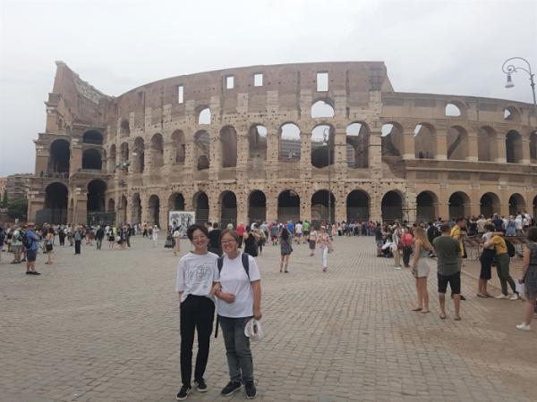 ▲딸과 유럽 여행 중 로마 콜로세움 앞에서(박미진 작가 제공)